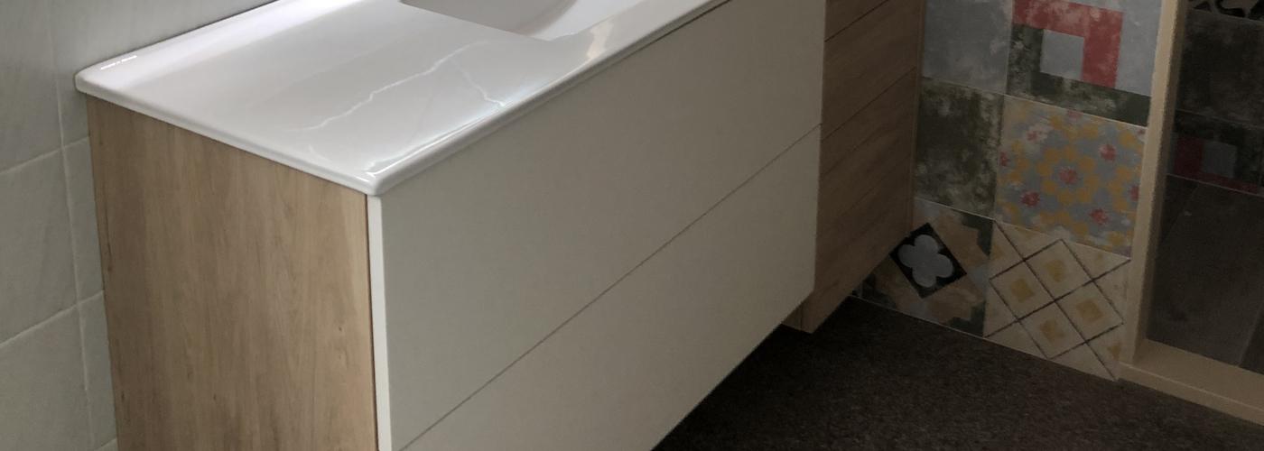 Mueble de baño a medida colgado lacado y madera