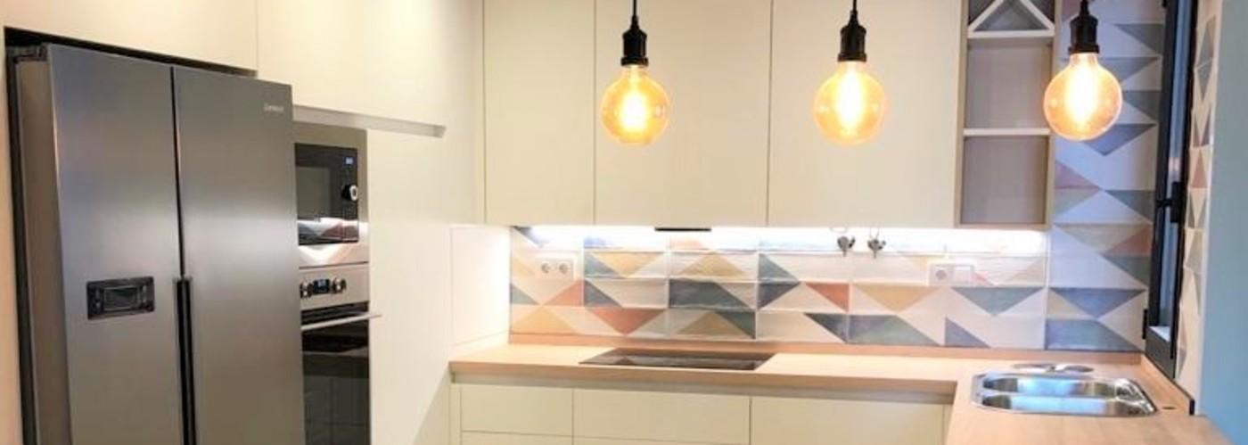 cocina abierta blanco mate encimera madera